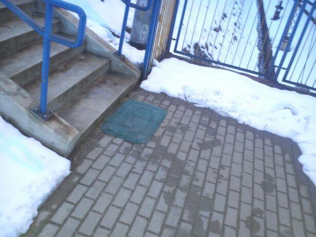 Wycieraczka przed wejściem na peron Piotr /warszawa@tvn.pl