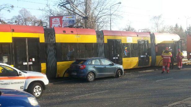Zderzenie samochodu z tramwajem Tomasz Zieliński/ tvnwarszawa.pl