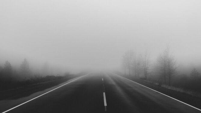 Słaba widzialność i przyczepność. Miejscami trudne warunki drogowe