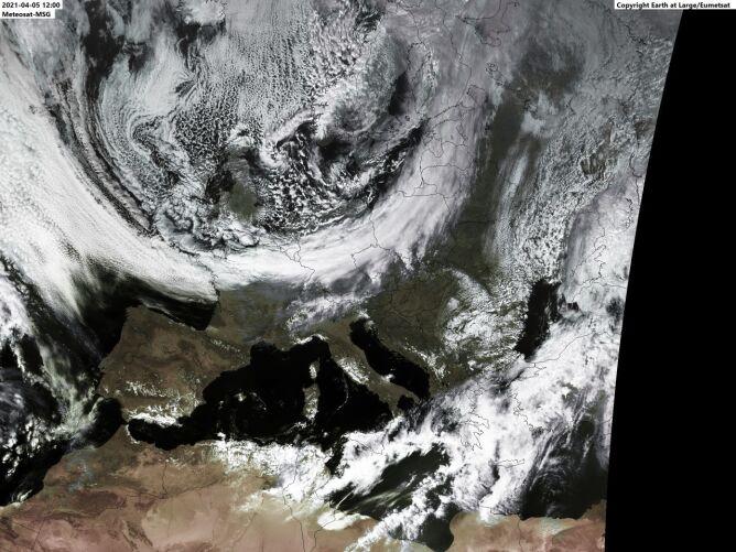 Na zdjęciu satelitarnym doskonale widać front (Earth at Large/Eumetsat)