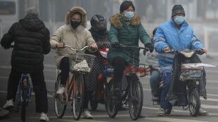 """Chiny walczą z koronawirusem. W Pekinie obowiązkowa obserwacja lub """"konsekwencje prawne"""""""