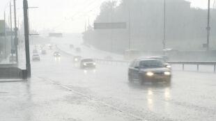 Nie tylko deszcz, ale deszcz ze śniegiem utrudnią nam bezpieczną jazdę