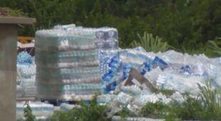 Dziesiątki tysięcy butelek wody niezdatnych do picia